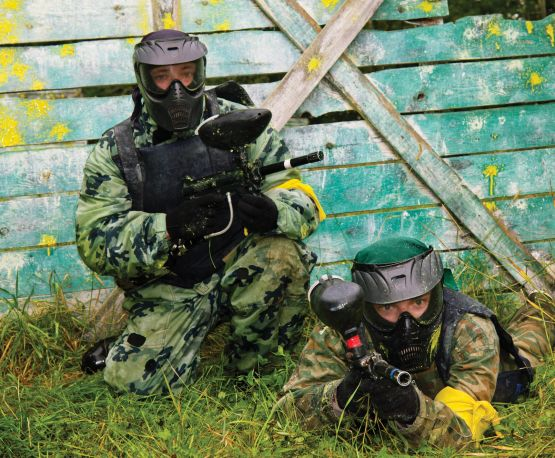 Paintball-players-in-full-gear-at-the-shooting-range-1-555x458